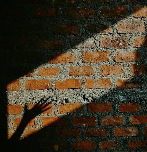 Mur extérieur en brique et au soleil