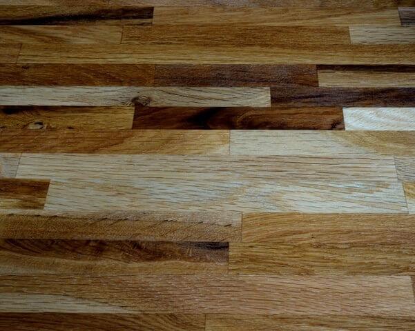 Parquet en bois de différentes teintes