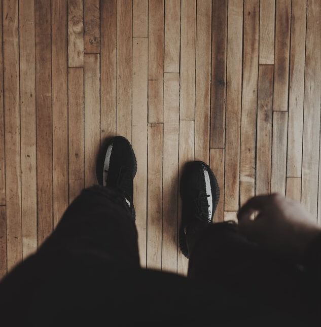 Chaussures noirs sur un parquet en bois