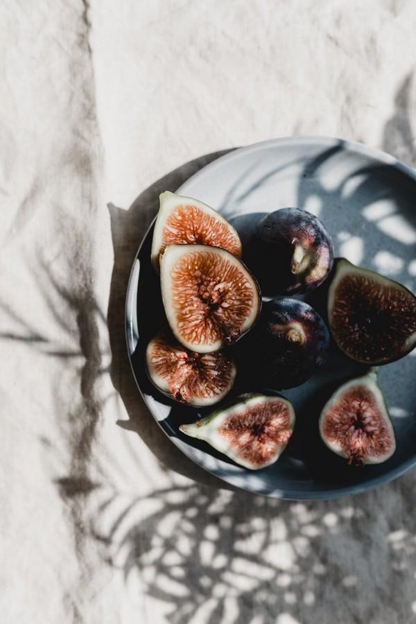 figues coupées en deux dans un saladier