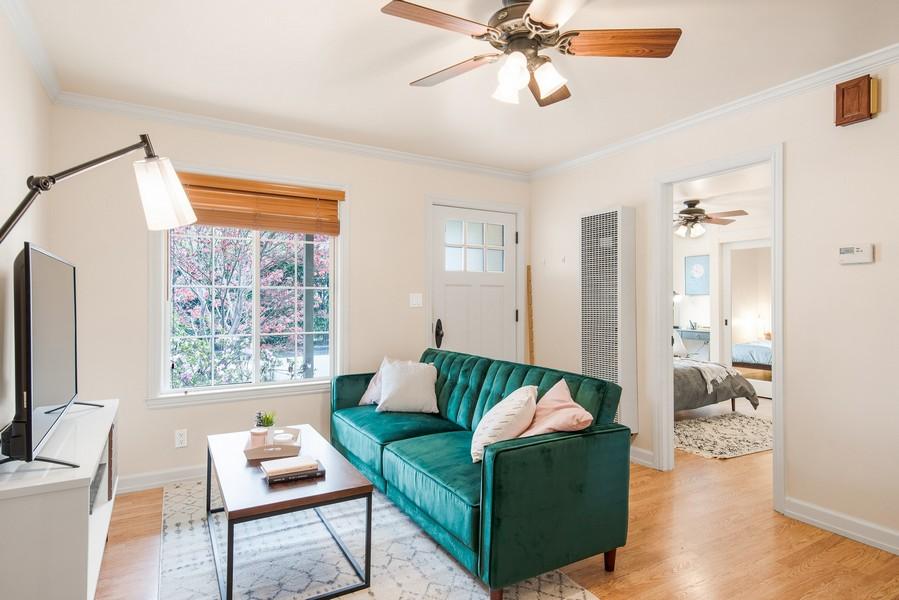 salon avec système de ventilation et faux plafond