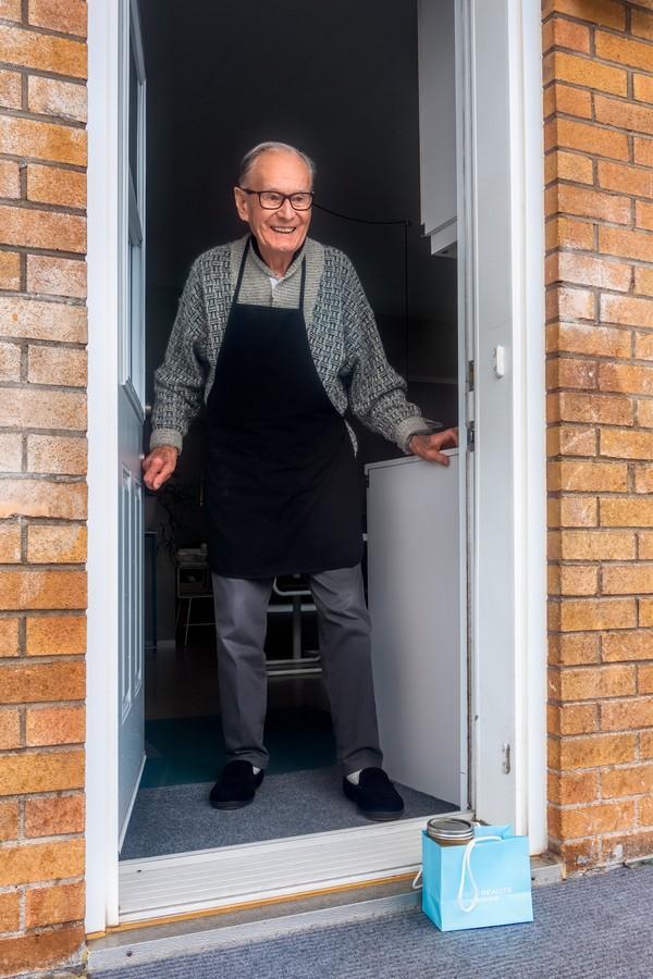 Senior au pied de sa porte d'entrée