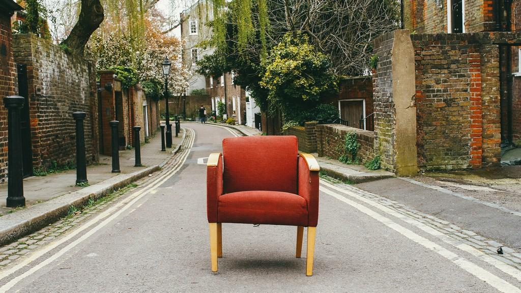 fauteuil situé au milieu de la route