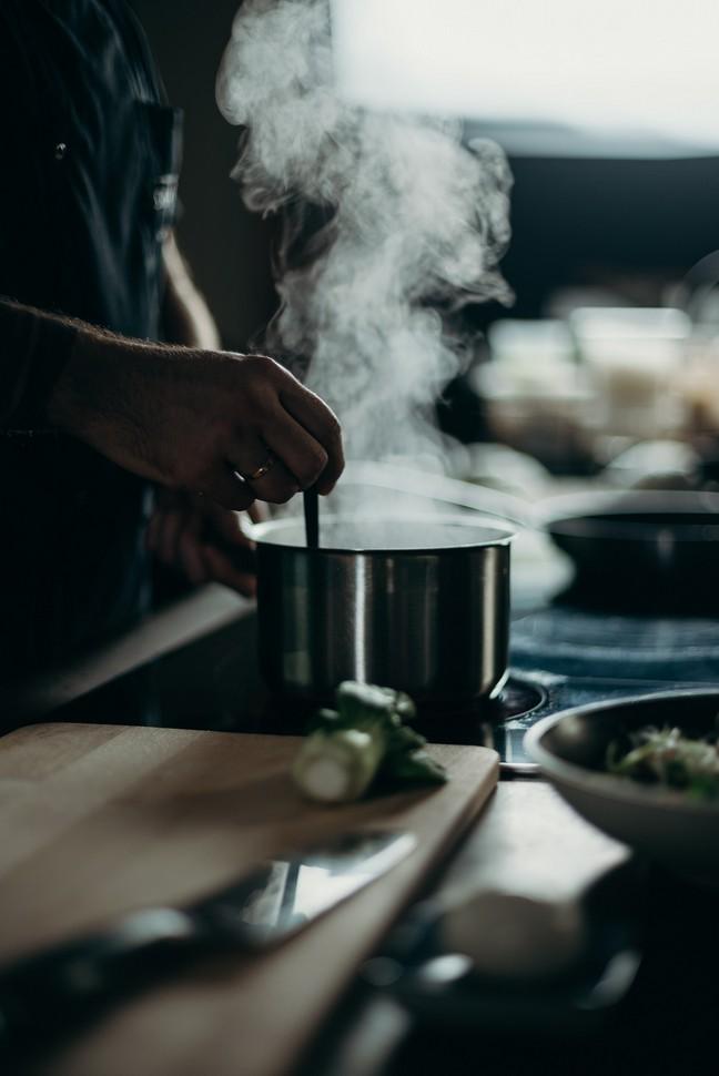 casserole avec de la vapeur d'eau chaude