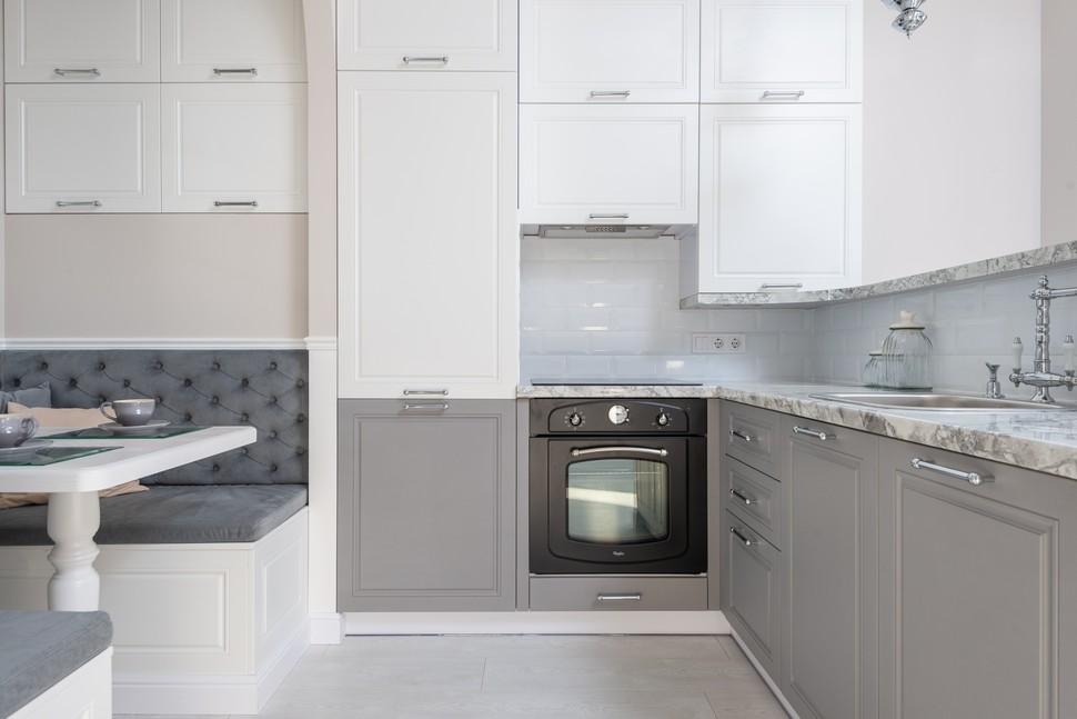 cuisine moderne et équipée avec une cuisinière vitrocéramique