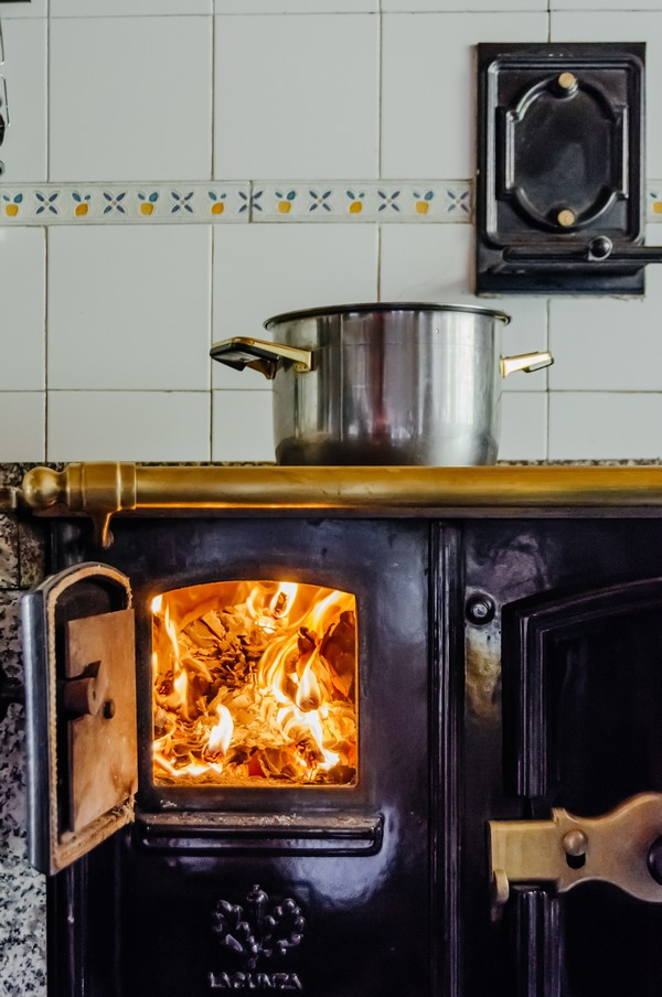cuisinière à bois avec mur en faïence