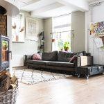 salon avec un poêle à bois et un canapé